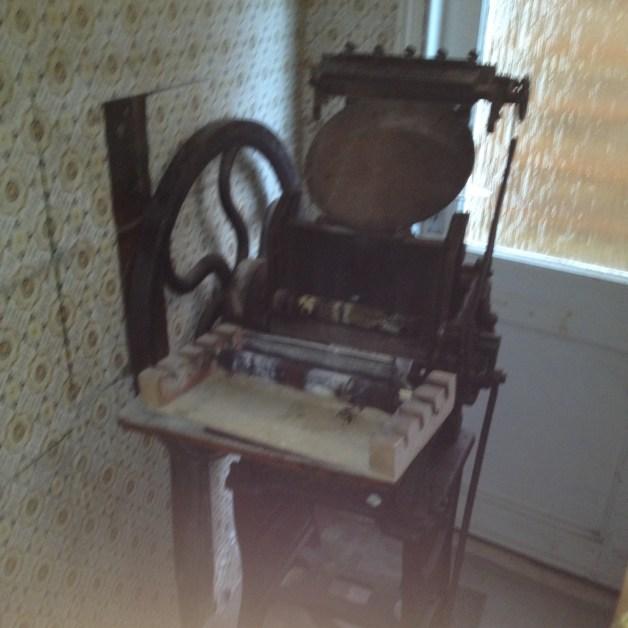 Here you can see the peerless press. 2 of 4 rollers are in good condition, the other 2 are perished. On the inside of the flywheel you can see the modifications for running the press with a motor.
