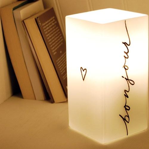 """Sull'altro lato della lampada la scritta """"bonjour"""" -> buongiorno"""