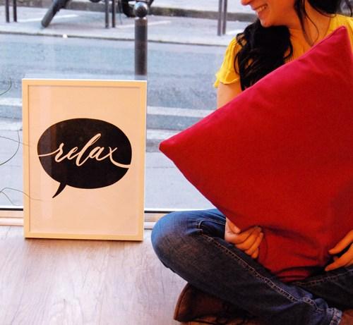 """Affiche """"relax"""" : des lettres écrites à la main."""