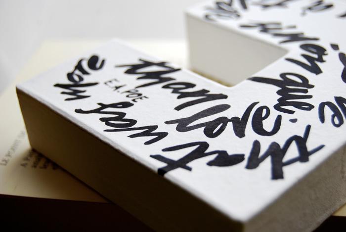 Calligraphie sur des lettres en papier maché.