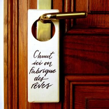 """Plaque de poignée de porte """"Chuuut, ici on fabrique des reves""""."""