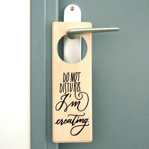 "Cartello per porta in legno ""Do not disturb. I'm creating"" decorato a mano 