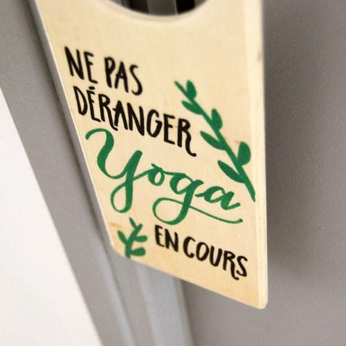 Déco porte originale pour yogi et ceux et celles qui pratiquent le yoga à la maison | Plaque en bois décorée à la main | Letters Love Life