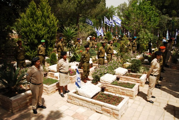 Soldiers stand at attention during the memorial siren on Mt. Herzl, the main military cemetery in Jerusalem. By Israel Defense Forces from Israel (Remembering the Fallen) [CC BY-SA 2.0], via Wikimedia Commons