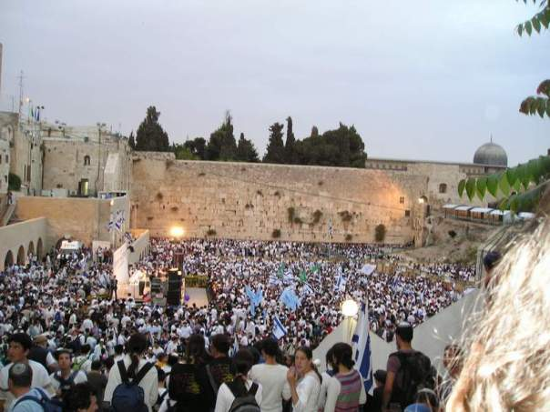 A picture I took at the parade in 2004. You'll notice the crowd is mostly comprised of dati leumi (religious Zionist) Jews.