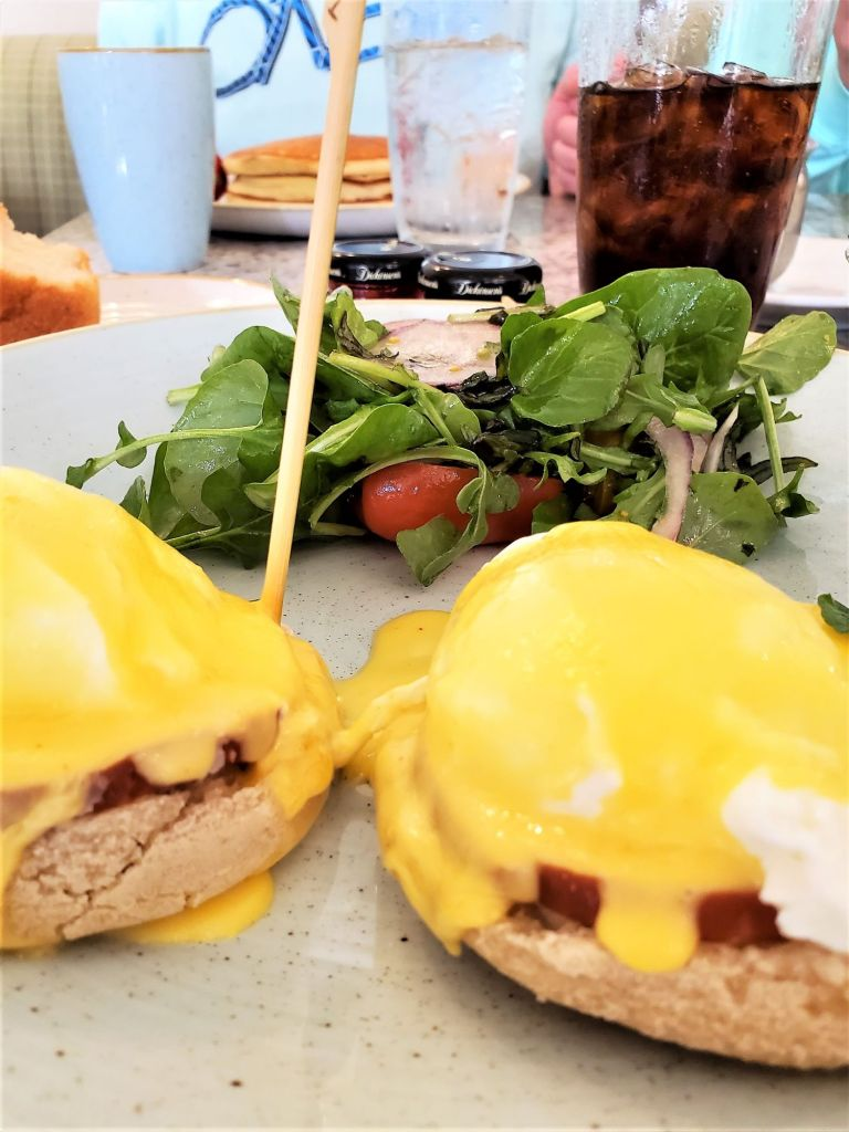 eggs benedict with hollandaise