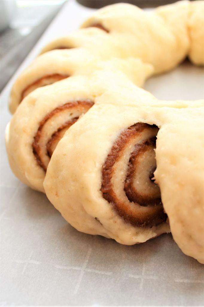unbaked cinnamon roll wreath