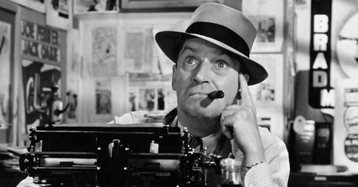 La classica immagine di chi scrive, il giornalista con sigaro in bocca davanti la macchina da scrivere