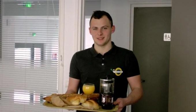 Antonin, 20 ans, étudiant à Burgundy Business school, créé une entreprise de livraison de petits déjeuners. //©Etienne Gless