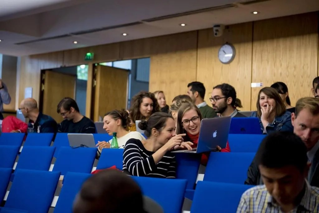 En amphi, les élèves assistent à une conférence sur l'économie comportementale dans les politiques publiques. //©Cyril Entzmann / Divergence pour l'Etudiant