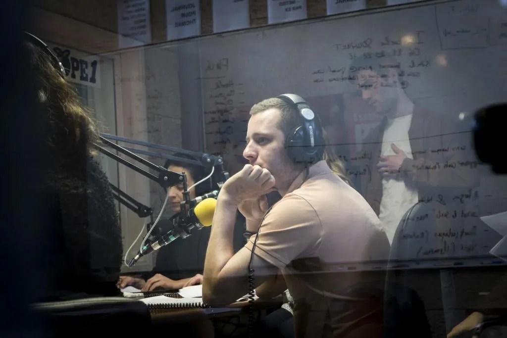 Les élèves de l'ESJ Lille dans le studio de l'école lors du module radio. //©Eric Flogny pour l'Etudiant