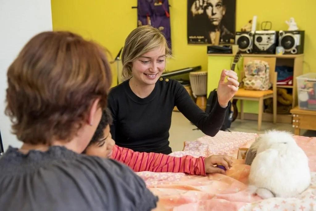 Les élèves effectuent des missions d'intérêt général. Ici, Parvine travaille avec des enfants polyhandicapés à l'association Adèle de Glaubitz. //©Cyril Entzmann / Divergence pour l'Etudiant