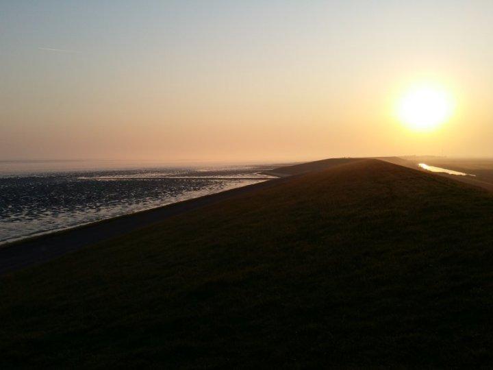 De zeedijk bij Oosterbierum.