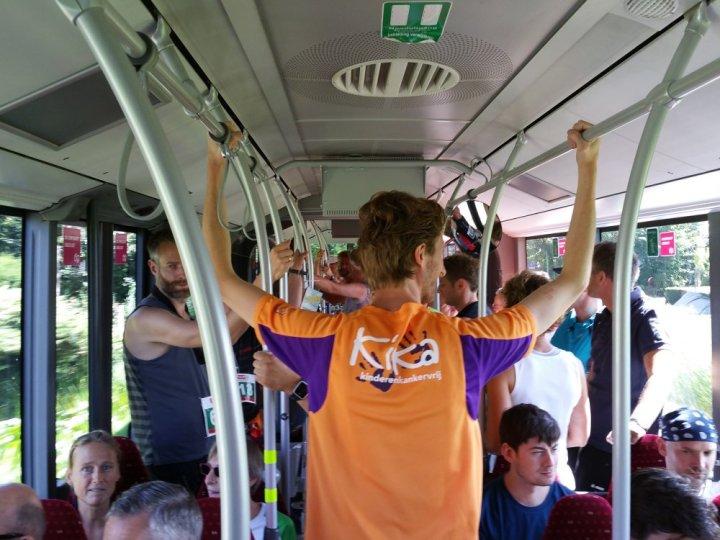 In de bus naar de start.