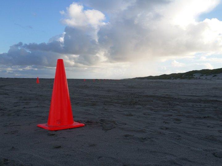 Pilonnen op het strand bij West aan Zee.