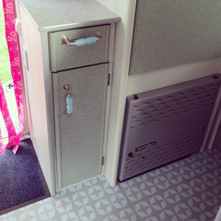 Zomerhuis op wielen de 10 leukste ideeën om een caravan te pimpen - vloer opknappen met vinyl zijl , porseleinen knoppen- vintage retro caravan trailer diy camper Beyerland