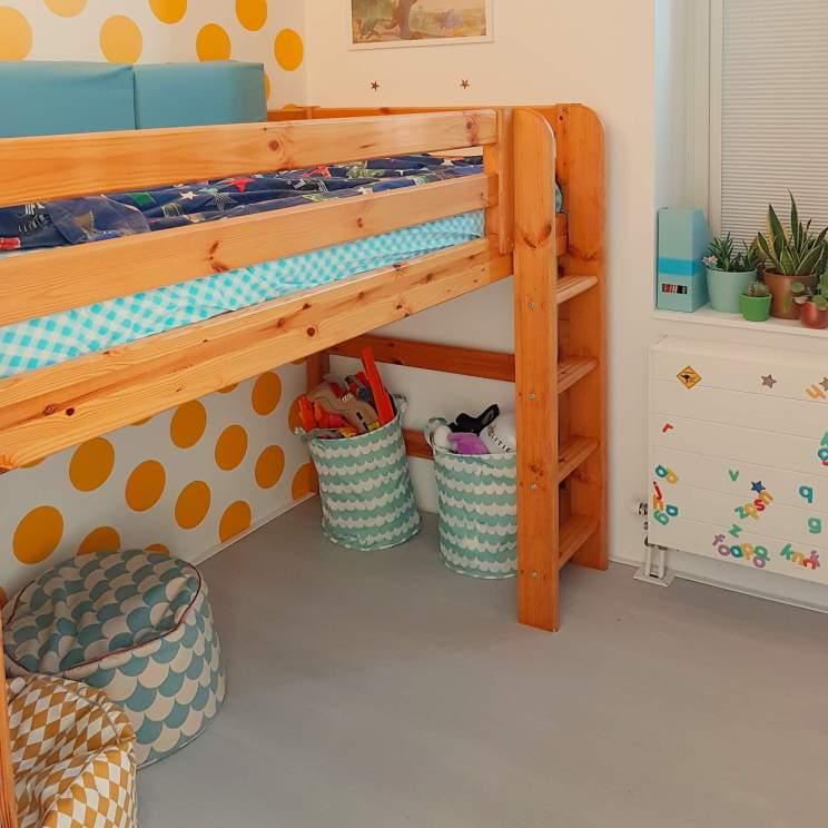 Halfhoogslaper Flexa World semi hoogslaper, handig in een smalle kamer vanwege matrasmaat 190x90. Binnenkijker: kleine kinderkamer in geel en blauw, met turkoois, petrol, kobalt, lichtblauw, mint, groen, grijs en wit