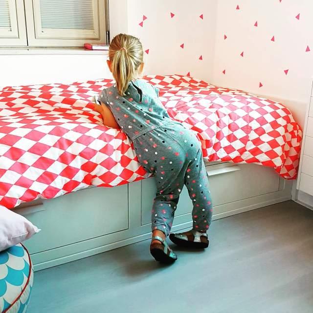 Behang en muurstickers: de leukste keuzes voor de kinderkamer - Ferm living neon fluo roze driehoek muurstickers