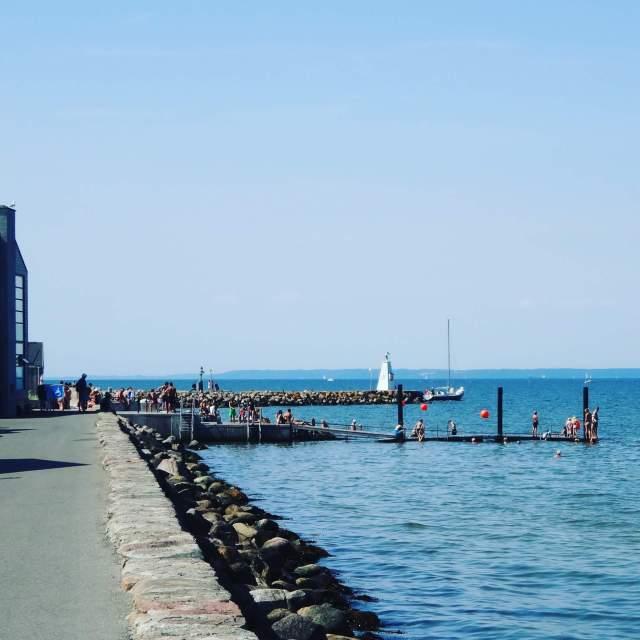 Vakantie met kids: sprookjesachtig Funen in Denemarken - de oude stad Bogense met strand en haven - zwempier