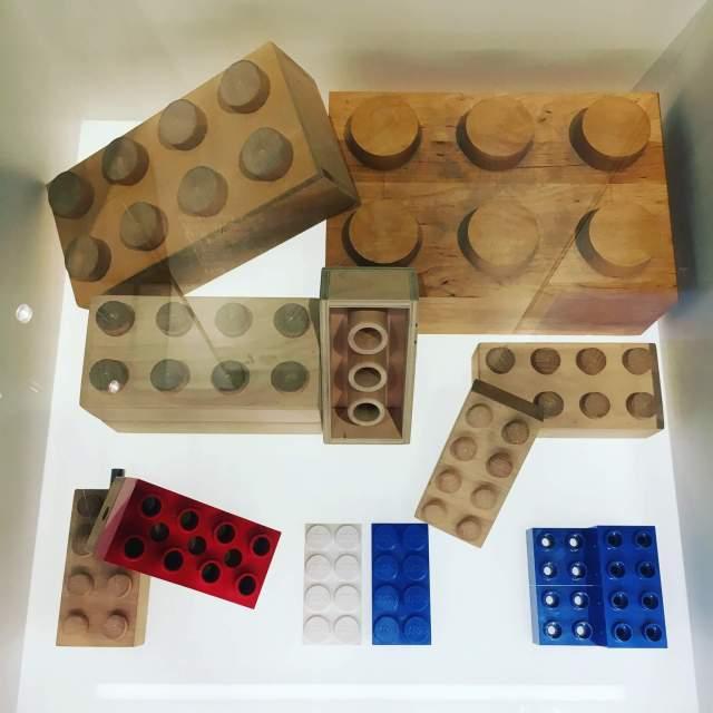De eerste LEGO bouwstenen van hout, in LEGO House vlakbij Legoland Billund