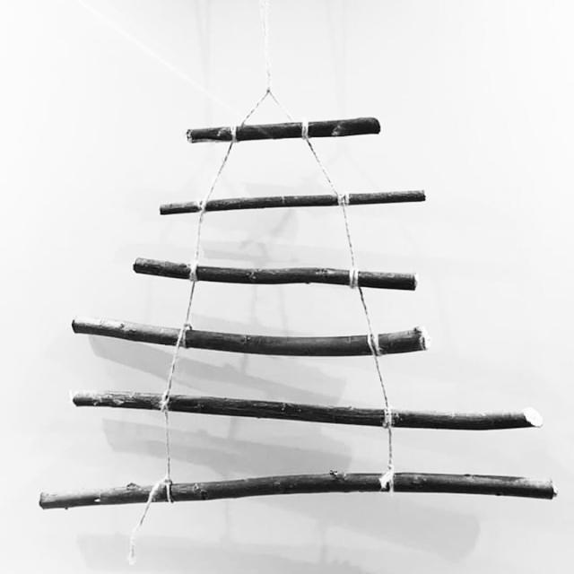 kerstboom knutselen van takken uit het bos