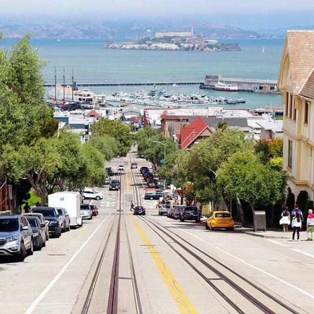 San Francisco met kids: kindvriendelijke tips van een local, vanaf heuvel naar Alcatraz kijkend en naar Telegraph Hill