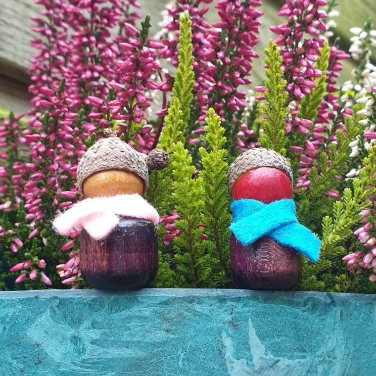 Herfst decoratie knutselen: poppetjes van kralen en eikeltjes dopjes