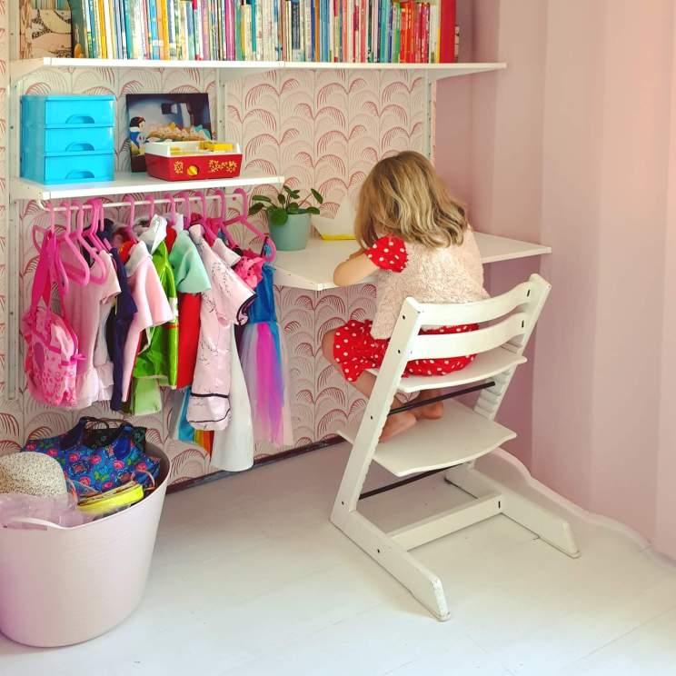 meisjeskamer met garderobe verkleedkast van Ikea Algot wandkast en behang Mini Me van Eijffinger