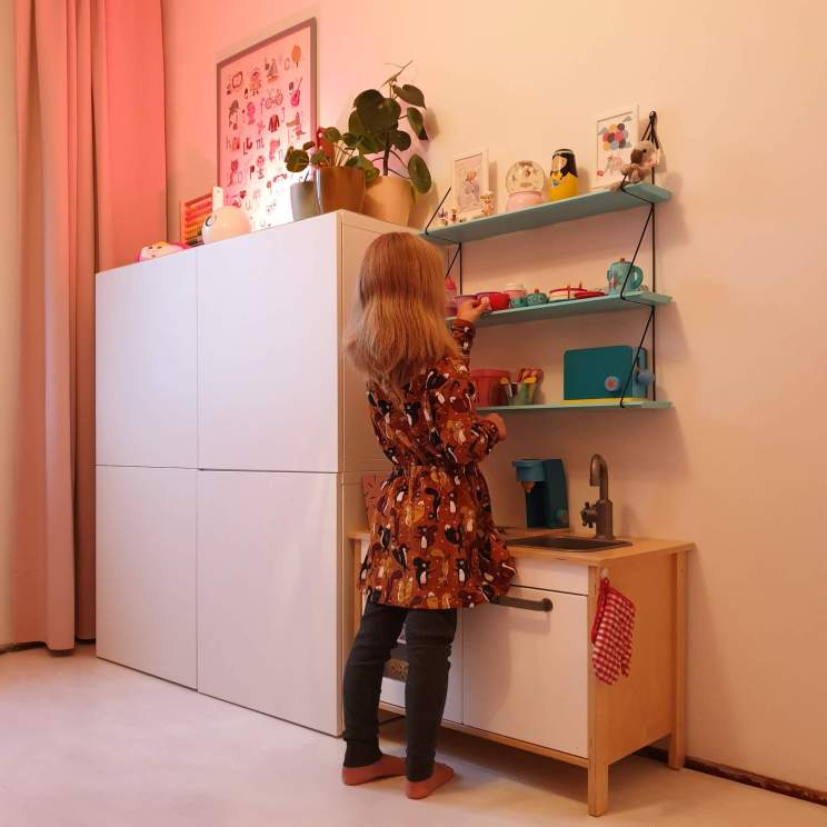 kinderkeukentje van Ikea en wandkastje van Rose in April