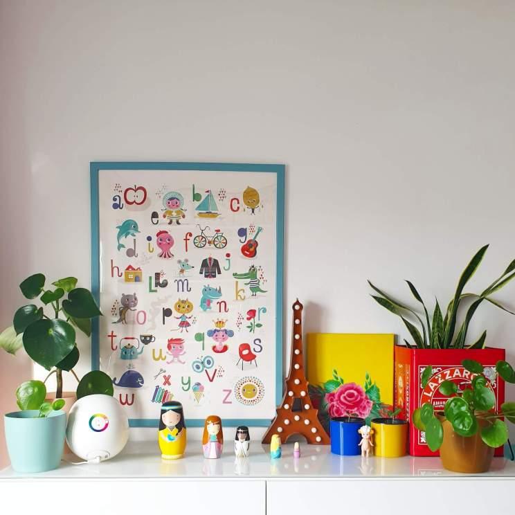 kleurrijke kinderkamer met letterposter