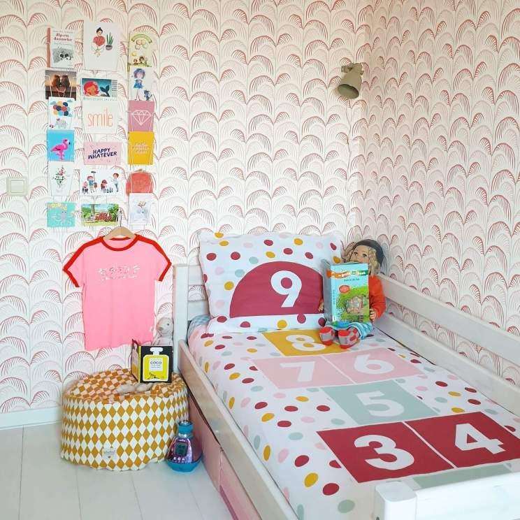 Kinderkamer inspiratie: onze meidenkamer met wit, roze, rood en geel. Met bed van Flexa en behang Mini Me van Eijffinger.