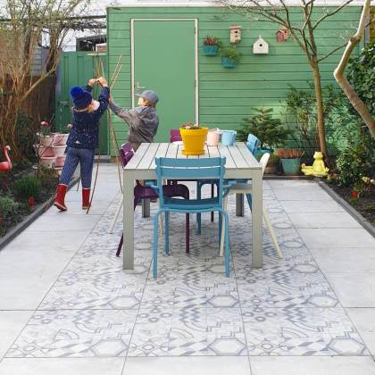 Tuintegels in de stijl van Portugese tegels. keramisch op beton gaat het langste mee, dit is de Porto Azzuro, van MBI Geoceramica