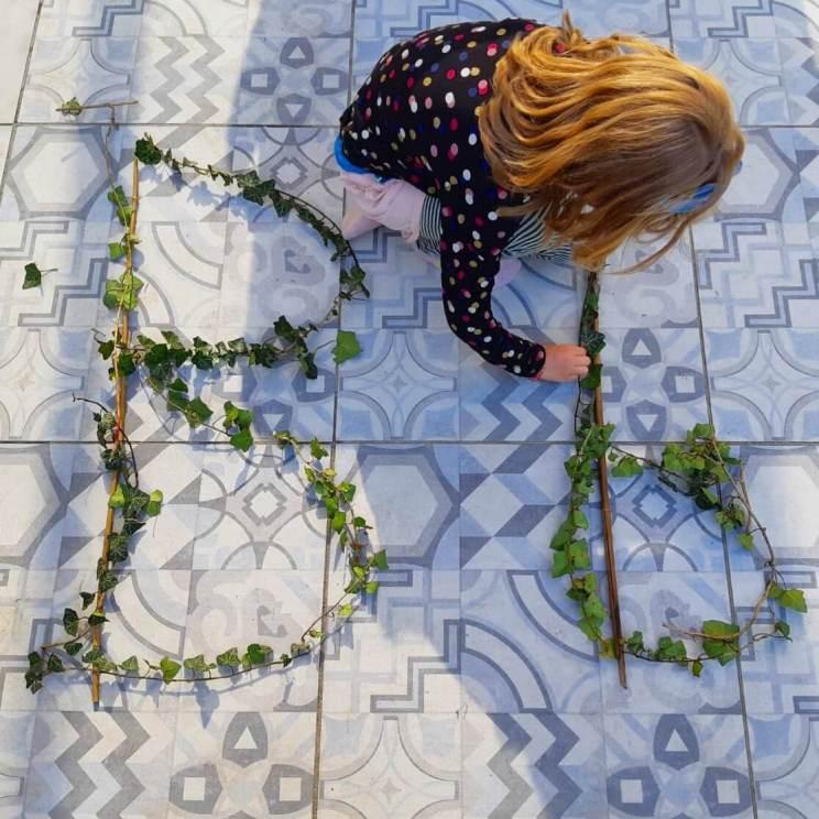 spelen met takken en blaadjes