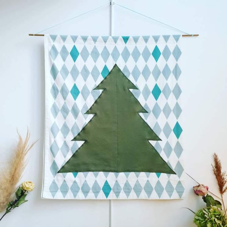 Kerst poster zelf maken: DIY kerstboomwanddecoratie op stoffen doek