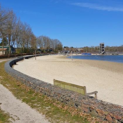 Hof van Saksen review: luxe vakantiepark voor kinderen én tieners. Het strand ligt wat lager in de luwte, hier is het al snel fijn.