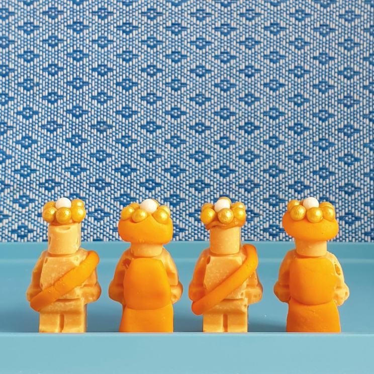 Oranje recepten voor Koningsdag - hartige en zoete ideeën voor kinderen - LEGO poppetjes Koning en Koningin met kroontjes