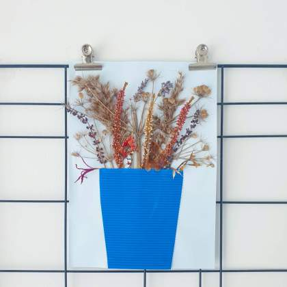 Bloemen knutselen en knutselen met bloemen. Met droogbloemen kun je een prachtig kunstwerk maken. Eerst droog je bloemen plat zoals hierboven beschreven. Daarna plak je ze met lijm op een vel papier of karton. Er overheen plak je een vaas van karton.