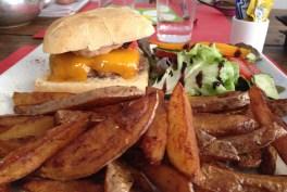 Hum, le Burger! Steack haché façon bouchère, cheddar, sauce américaine et... frites maison!