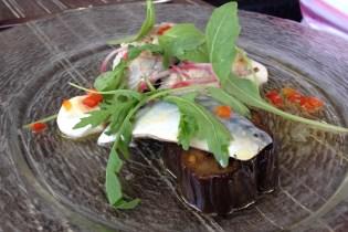 En entrée, Maquereaux frais marinés, aubergines grillées et mozarella fumée