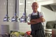 Colin travaille en cuisine avec le chef