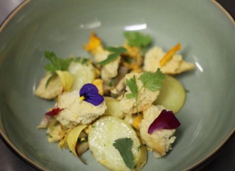 Les Moules, pommes fondantes, hareng et aïoli, herbes de saison, chapelure de brioche, bouillon de viande