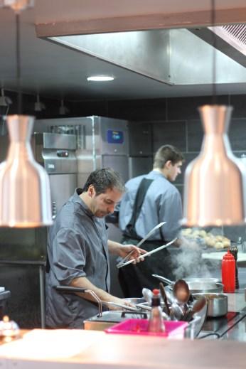 Serge Olive dans sa cuisine ouverte