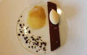Emincé de poire rôtie au miel de Terre Blanche, sabayon au chocolat Grand Cru, glace de petit épeautre
