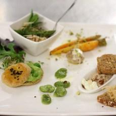 Le plat de Virginie Besançon : Crème de topinambour et noisettes, brousse et mandarine, risotto de petit épeautre, rillette de lapin et confiture d'oignons au safran