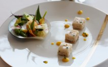 Sérielle et chair d'esquinado marinés à la mandarine Berlugane, feuilles de farigoulette, primeurs et herbacés à cru