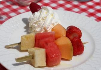 Brochette de fruits frais, sirop au citron vert