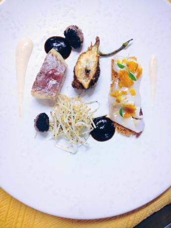 Galinette rôtie, déclinaison de céléri rave bio, lard de Colonata, Poutargue, rognons de lapin, cendre de champignon, jus de viande très réduit