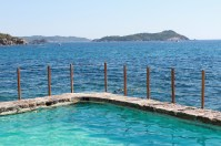 Piscine à eau de mer face aux Iles d'Or...