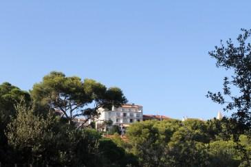 Planté au coeur d'un parc de pins qui surplombe la Méditerranée, un cadre idyllique.