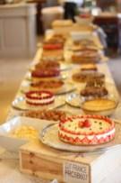 Un buffet de desserts proposant les grands classiques de la pâtisserie